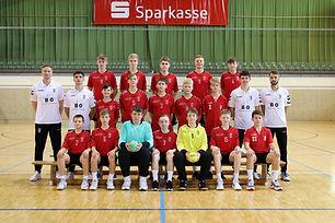 Im 3. Saisonspiel der C-Jugend kam es zum ersten Kracher. Die HSG RSV Teltow/ Ruhlsdorf war nämlich nicht irgendein Gegner, denn zuletzt bezwungen sie den 1. VfL Potsdam und setzten damit ein großes Ausrufezeichen in der gesamten Liga. Hieß für unsere Jungs, voller Fokus! Hier darf man sich keine Fehler erlauben! Und der Gastgeber startete gut in diese Partie, 3:1 Führung in der 7. Spielminute. Unsere Jungs mussten so langsam Antworten. Und das taten sie auch! 14. Spielminute, Ergebnis gedreht. 4:6 Führung für die Sportschüler. Doch die HSG ließ sich keinesfalls abschütteln und glichen in der 17. Spielminute wieder aus (7:7). Es war ein richtiger Schlagabtausch, keiner schaffte es sich so wirklich abzusetzen. Halbzeitstand nach einer spannenden ersten Hälfte 10:11 für den LHC. Die zweite Halbzeit sollte aber nicht wirklich uninteressanter werden. Im Gegenteil! Wie auch schon in der ersten Hälfte legten unsere Jungs immer vor, doch die HSG kämpfte sich immer wieder zurück. Lobenswert auf beiden Seiten waren die Torhüter, welche viele Chancen zunichtemachten. 40. Spielminute die HSG verkürzt auf 16:17. Es folgten die letzten 10 Spielminuten. Crunchtime war angesagt! Und die Jungs von Trainer Giczewski machten es richtig gut. 46. Spielminute 17:20 für den LHC. Doch wer denkt, dass diese Führung doch reichen sollte, hat falsch gedacht. 3 Tore in knapp 2 Minuten brachten die HSG in der letzten Spielminute wieder ins Spiel. Letzter Angriff, letzte Sekunde und A. Schmidt macht von rechts Außen den Siegtreffer für den LHC. Spannender hätte diese Partie wirklich nicht mehr sein können. Doch somit kommen die nächsten 2 Punkte aufs Konto vom LHC, welcher weiterhin an der Tabellenspitze steht. Glückwunsch!  Nächstes Spiel: 03.10. , heim gegen HSV Wildau  Köpernick, Georgi, Süßmuth (1), Schmidt (1), Lerbs, Kullmann (2), Mudra (1), Härtel (6), Manthei (4), Leupold, Gstrein, Städter (6), Noack