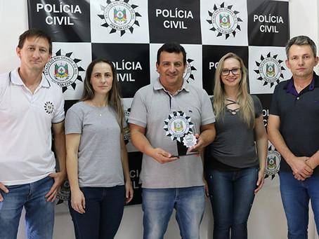 Polícia Civil entrega troféu de reconhecimento ao site Portela Online