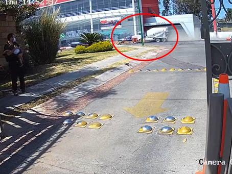 Ocurrió esta tarde en Morelia: Mezcladora impacta contra auto en salida Mil Cumbres (Video)
