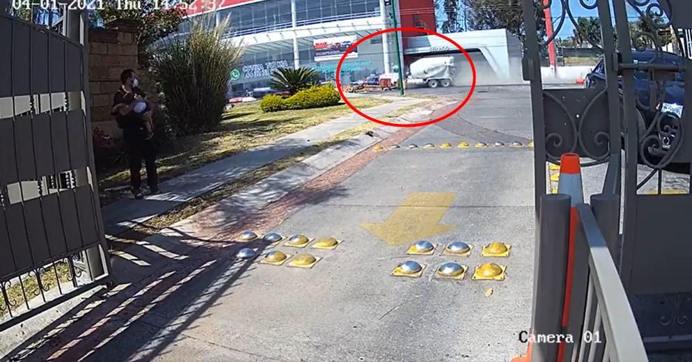 Paso esta tarde en Morelia: Mezcladora impacta contra auto en salida Mil Cumbres (Video)