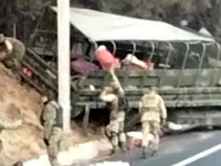 """Al menos 20 militares heridos al accidentarse en camión de la SEDENA en la pista """"Siglo XXI""""."""