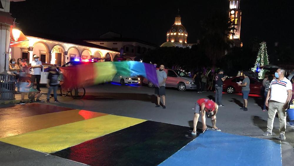 Condenan odio y homofobia por parte del presidente de Apatzingán al quitar balizamiento multicolor