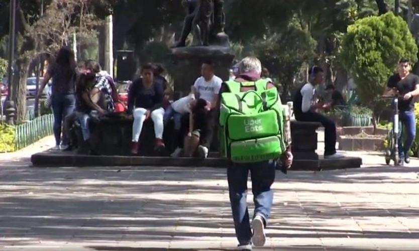 Viejito repartido de UberEats pone el ejemplo: a sus 74 años hace entregas a pie en Reforma 222