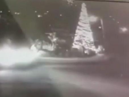 Este video de seguridad muestra como incendian árbol de navidad en Tacámbaro