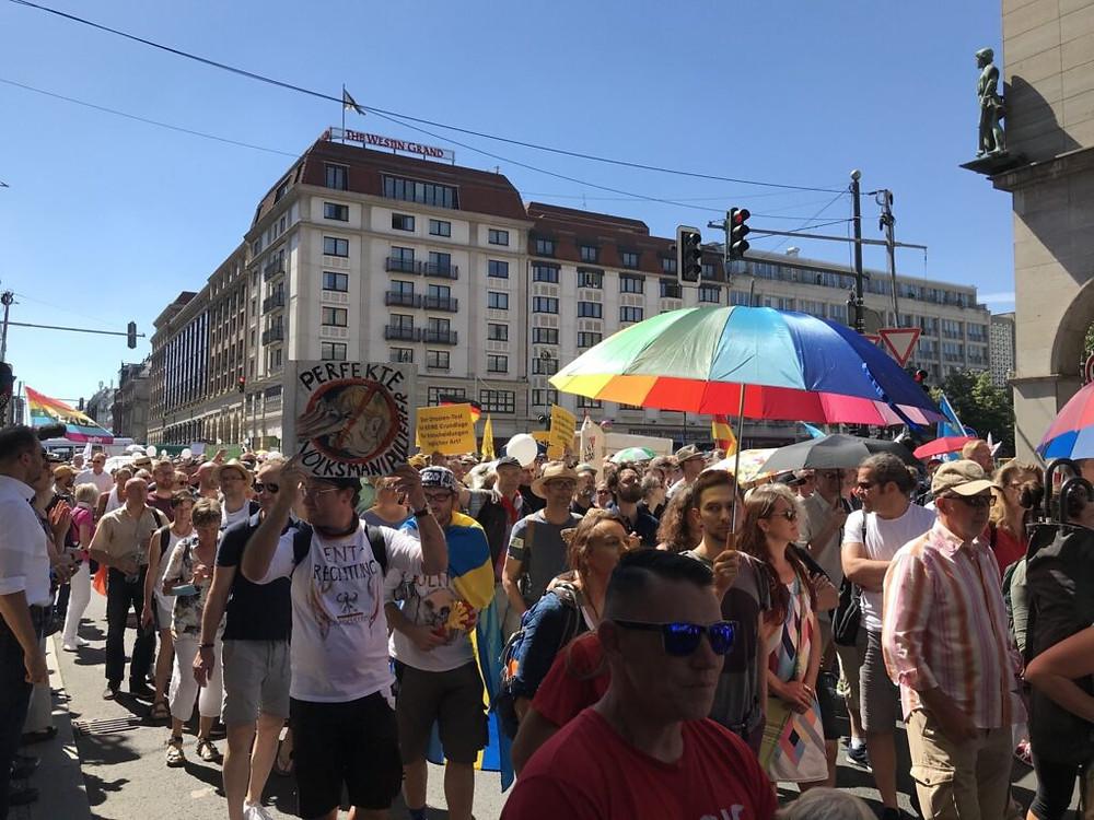 MILES DE ALEMANES PROTESTAN CONTRA MEDIDAS DE PREVENCIÓN DEL COVID-19 EN BERLÍN