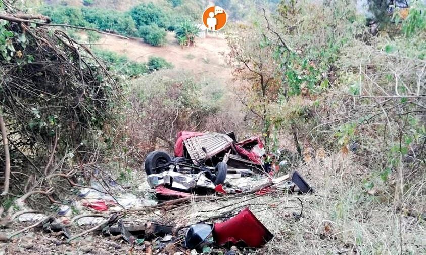 Muere chofer de camión en barranca de Uruapan