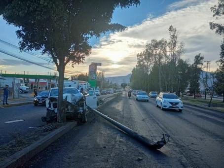 Camioneta choca contra poste y árbol en el periférico norte de Morelia
