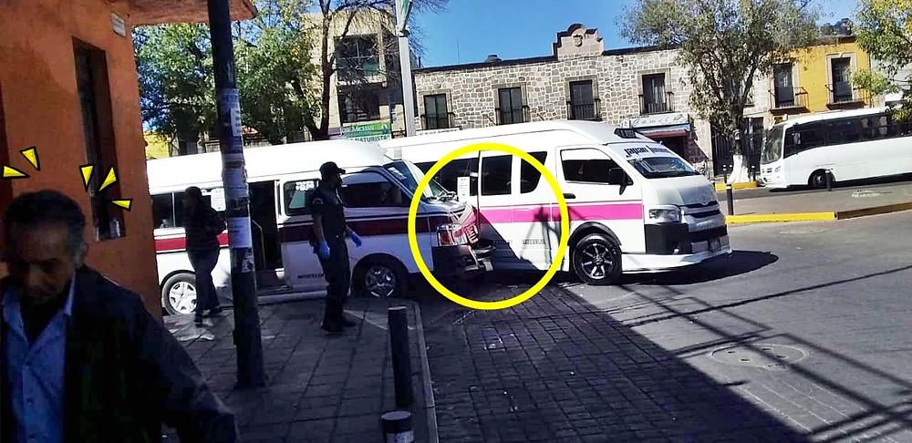 Por irse peleando por el pasaje, dos combis chocan en Plaza Carrillo, Morelia