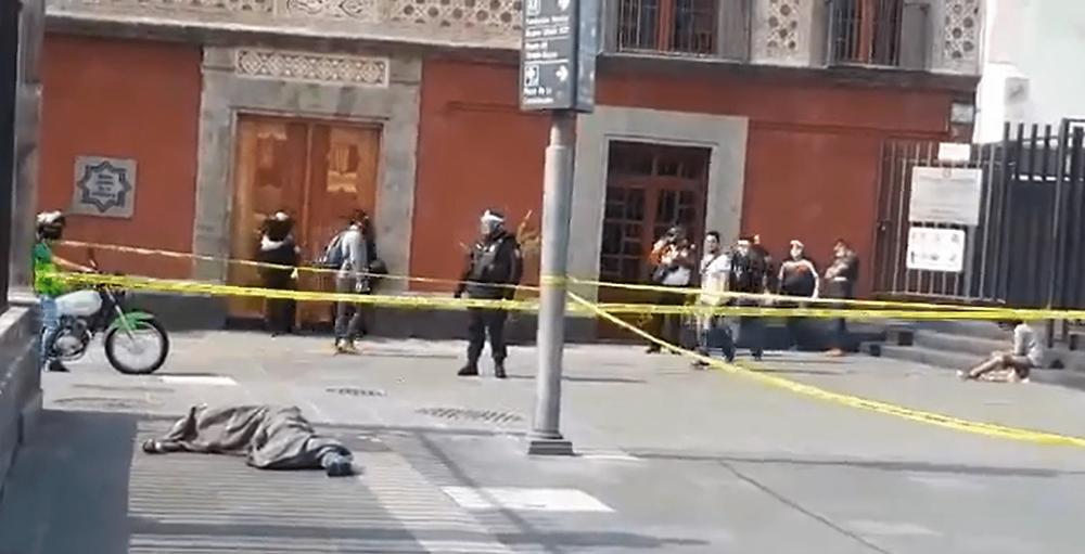 Hombre se desvanece y muere en el Zócalo, sospechan que tenía Covid (+Video)