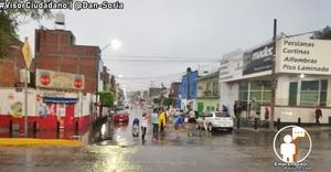 Vecinos de la Ventura Puente se organizaron para destapar coladeras tras la tormenta de hoy