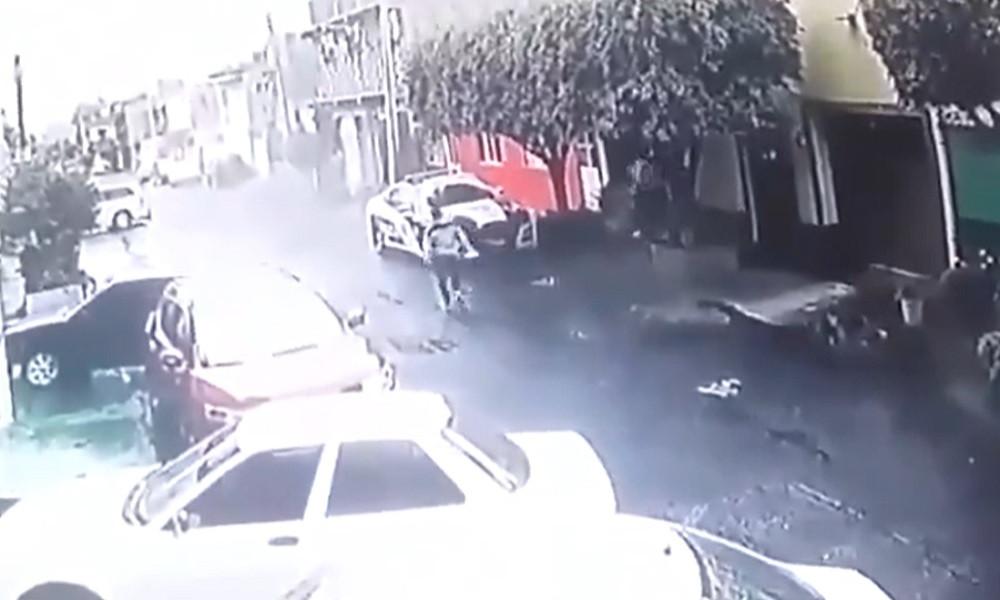 Emboscan a policía y le disparan dentro de su patrulla (+Video)