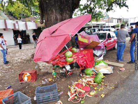 En Zacapu, un auto arrolla puesto ambulante y deja heridos a un adulto y un niño