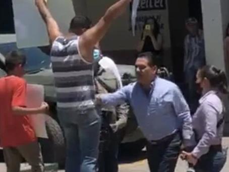Gobierno de Michoacán retiene sueldo al profesor que fue agredido por Silvano Aureoles en Aguililla
