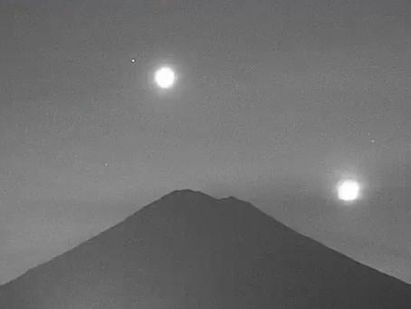 Captan en video cómo la Luna, Venus y Marte 'caen' sobre el volcán Popocatépetl y luego este explota