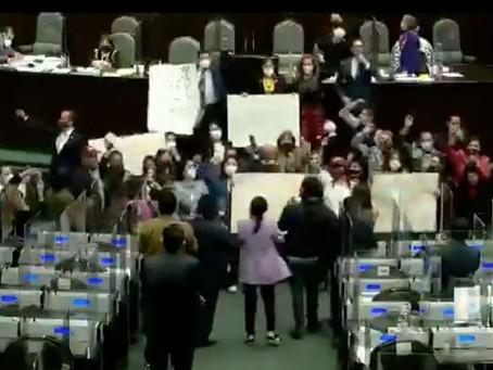 Diputados de Morena interrumpen sesión para cantar mañanitas a AMLO (+Video)