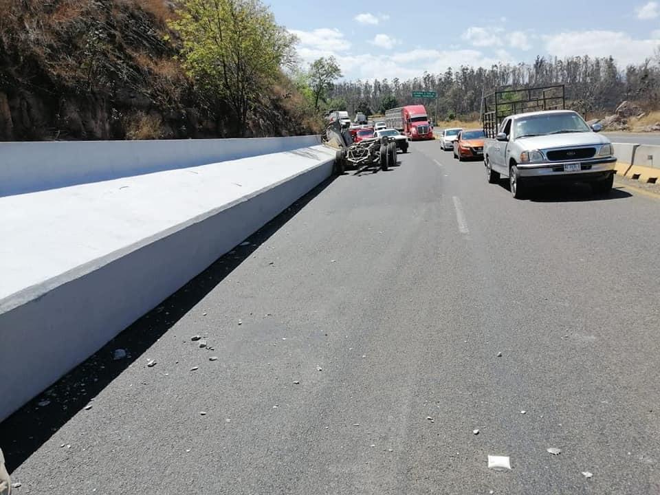 Largas filas se generó en la carretera Morelia-Pátzcuaro tras obstrucción de viga de cemento