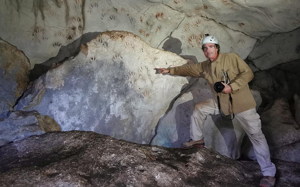 Arqueólogos descubren huellas de manos con más de 1,200 años de antigüedad en cueva de Yucatán