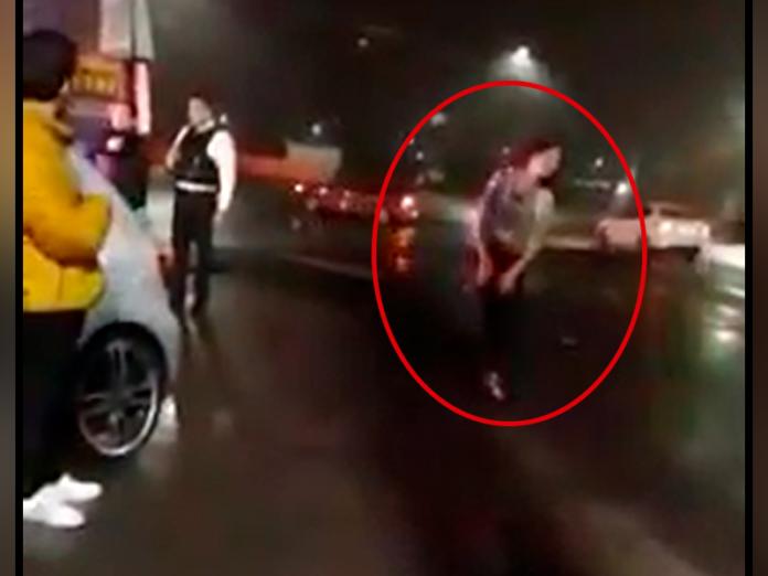 Captan en video a mujer drogada y la salvan de morir atropellada en #Morelia