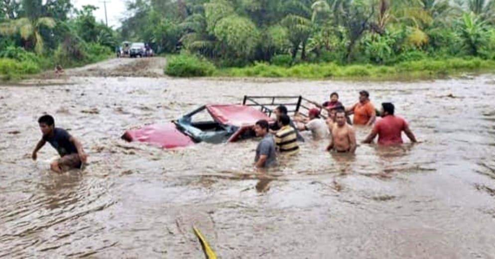 Camioneta es arrastrada por fuerte caudal de río en Maruata, Michoacán (+Fotos)