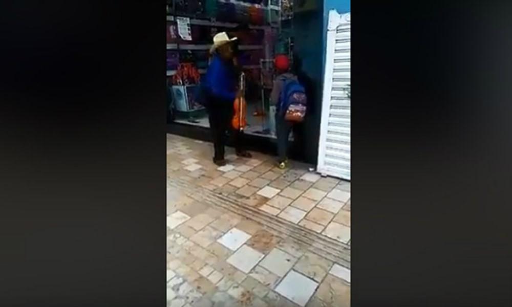 VIDEO: Con agua corren a abuelito que descansaba con su nieto   emprendedorpolitico.com