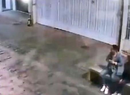 Pareja estaba sentada, ladrones llegaron en moto a robarles y el chavo salió corriendo (+Video)