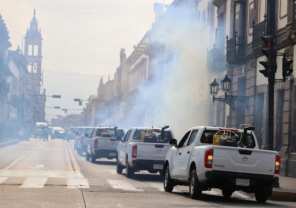 Historias del subdesarrollo: Apedrean vehículo que fumigaba contra el dengue en Michoacán