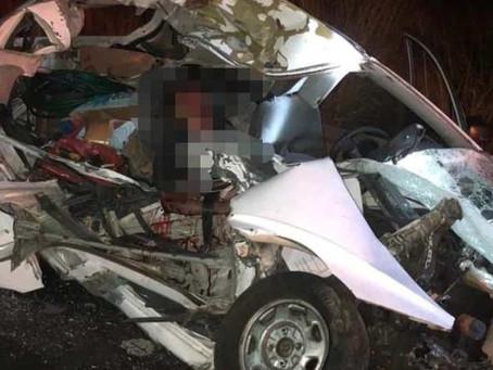 Otra vez la Siglo XXI: Un muerto y un lesionado en aparatoso choque entre auto y camión