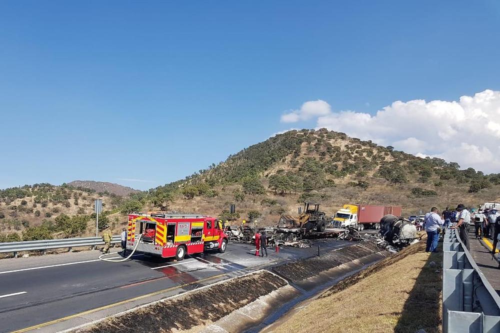 #Michoacán: Choque entre pipa, tráiler y varios vehículos dejan 2 muertos y varios heridos