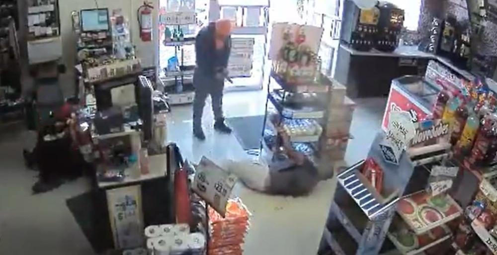 Viralizan en redes sociales el video donde es tiroteado un hombre dentro de un Oxxo