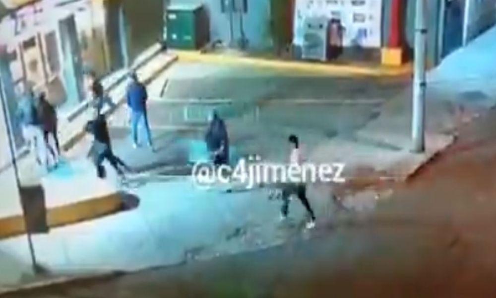Con bates y piedras saquean Oxxo en Azcapotzalco llevándose cigarros y botellas (+Video)