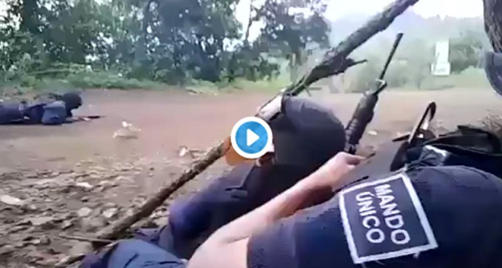 Difunden grabación de policías de #Michacán defendiéndose de una balacera