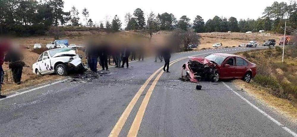 Uno de los autos rebasó y se produjo el encontronazo de frente sobre la Carretera Zitácuaro-Toluca