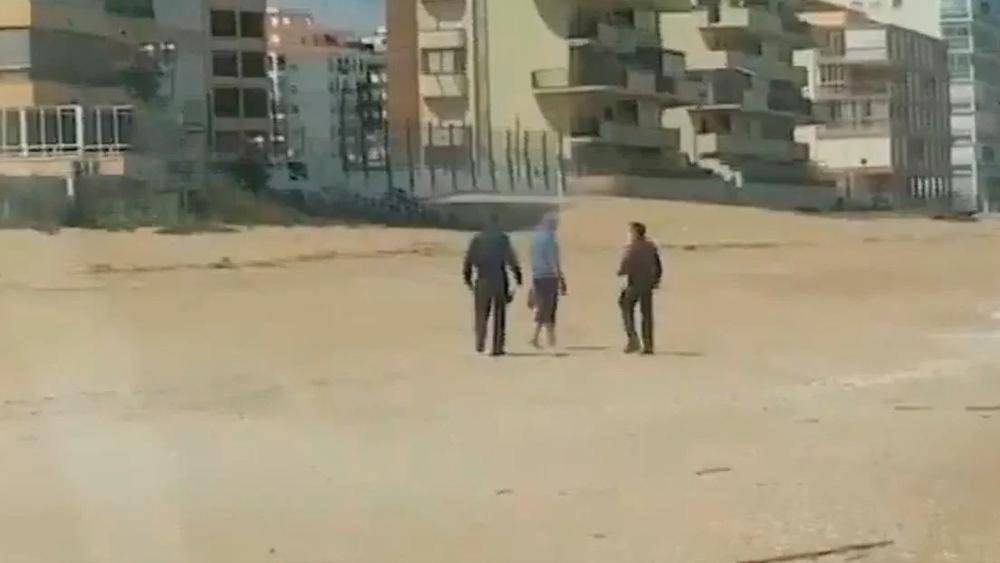 Policía española aterriza un helicóptero en la playa para arrestar a un infractor del confinamiento