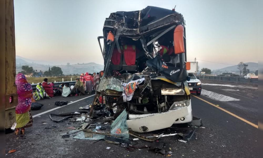 Camión de peregrinos se impacta contra tráiler; 2 muertos y 20 heridos