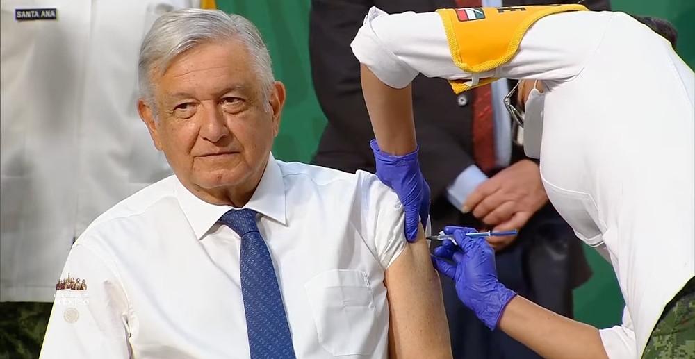 """AMLO se vacuna contra la Covid-19 con dosis de AstraZeneca para """"dar el ejemplo"""""""