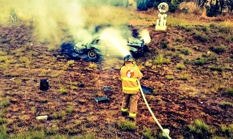 Automóvil estalla en llamas en la carretera Zinapécuaro - Maravatío