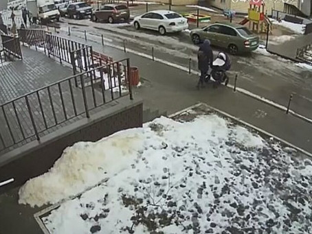 Hombre se lanza de un edificio y cae sobre un bebé; ambos mueren (+Video)