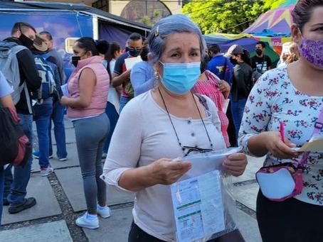 Treintones de Morelos forman a sus madres para recibir la vacuna