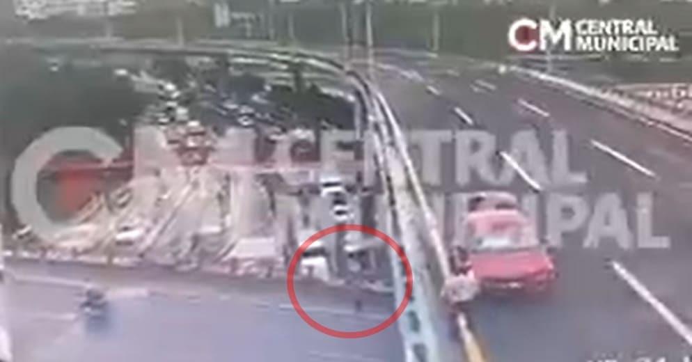 Conductor se detiene a ayudar; muere atropellado y lanzado al vacío (+Video)