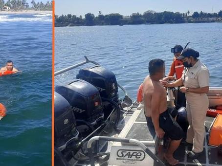 #Michoacán: Marinos salvan la vida de dos bañistas en peligro de ahogarse