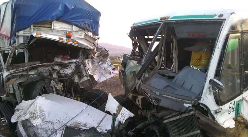 Choque frontal entre autobús de pasajeros y camiones de carga, deja 10 lesionados en Acuitzio