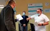 Así reciben médicos a taxista que los traslada gratis por Covid-19 (+Video)