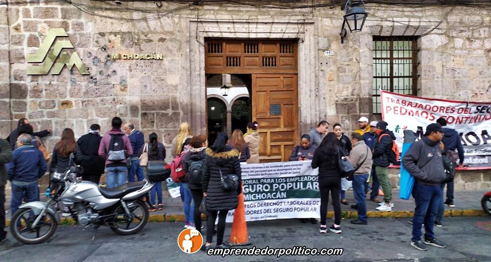 Trabajadores del Seguro Popular toman las oficinas de la Secretaria de salud de #Michoacán