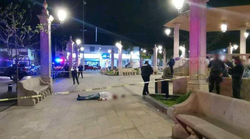 Moreliano es asesinado a balazos frente a su madre en la plaza de Santa María de Guido