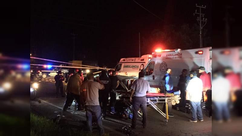 Tras accidente vial entre microbús y taxi, resultan 1 muerto y dos heridos