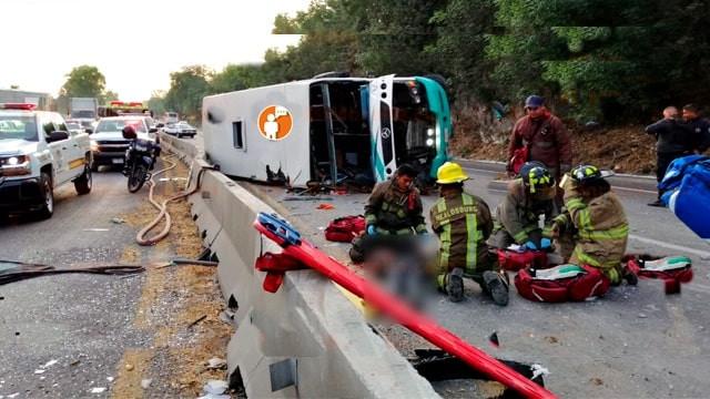 Camión foraneo se voltea en la carretera Morelia-Pátzcuaro