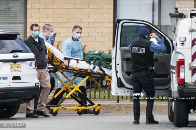 Covid-19 desborda morgue de asilo para ancianos; hallan 17 cuerpos apilados