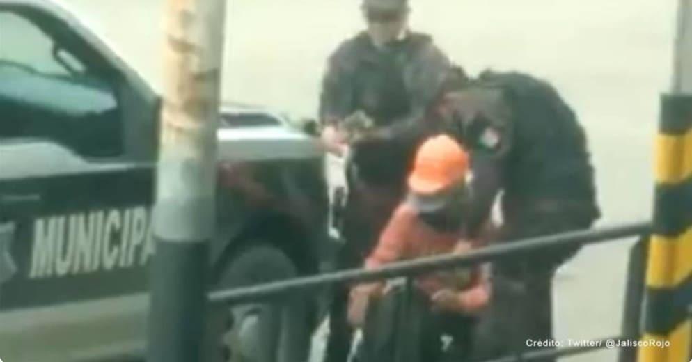 "Cachan a policías robando dinero a obrero durante revisión ""de rutina"" en Tlaquepaque (+Video)"