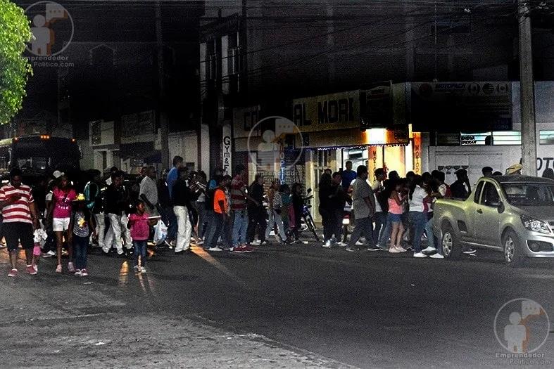 #Morelia: Ayer por la noche si salió un torito de petate y llevaba decenas de seguidores