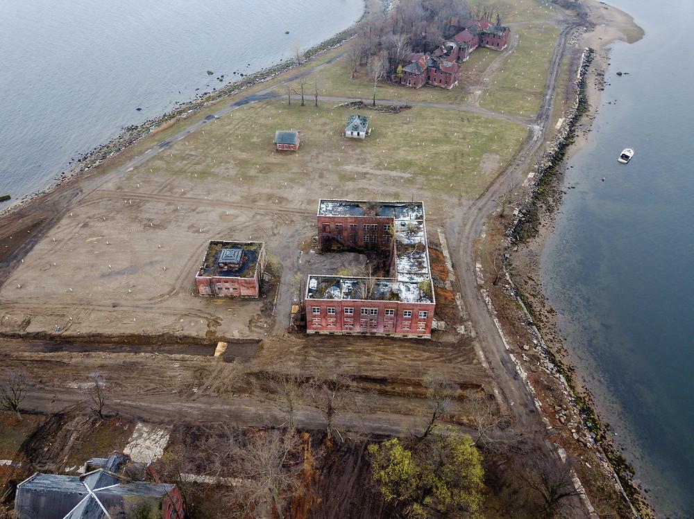 Imágenes de dron muestran una fosa común en la isla de Hart de Nueva York ante miles de muertes